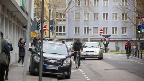 In der Gärtnergasse blockieren abgestellte Fahrzeuge regelmäßig Radschutzstreifen und Gehweg. Foto: Harald Kaster