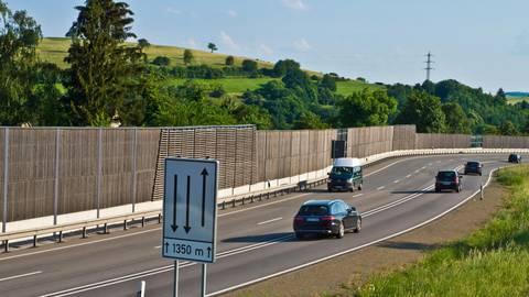 Waldböckelheim ist mit einer Lärmschutzwand vor dem Verkehrslärm der B 41 geschützt. Deshalb bringe auch eine weitere Verminderung der Geschwindigkeit nichts, so die Meinung des Verbandsgemeinderates. Foto: Wolfgang Bartels