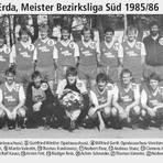 Ein Truppe aus Freunden vom Dorf, die zur Hälfte schon in der A-Jugend zusammengespielt hatten: das 86er-Meisterteam des VfB Erda. Grafik: Canva/WNZ-Archiv/(afi)
