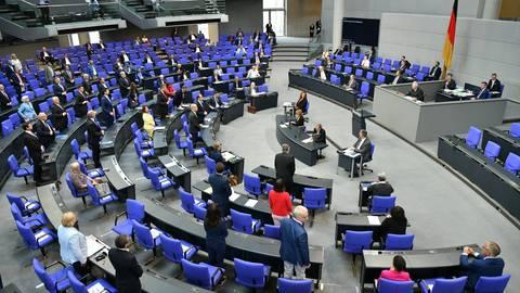 Während FDP-Chef Linder die geplanten bundeseinheitlichen Regelungen zu Ausgangsbeschränkungen kritisiert, begrüßt SPD-Experte Lauterbach die Maßnahmen im Bundestag. Archivfoto: dpa