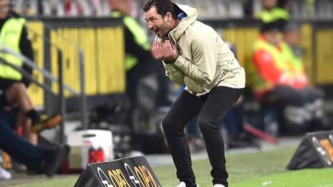 Voller emotionaler Einsatz an der Seitenlinie: 05-Coach Sandro Schwarz. Foto: dpa