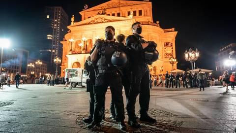 Die Polizei sprach von nur rund 300 Feiernden auf dem Opernplatz am vergangenen Wochenende. Foto: dpa