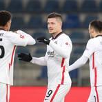Torschütze Luka Jovic (Mitte) der Frankfurter Eintracht feiert am 18. Spieltag seinen Treffer zum 1:5 in Spiel gegen Arminia Bielefeld.  Foto: Friso Gentsch/dpa