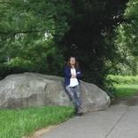 Ralf Kopp, langjähriger Darmstädter, vor seinem Lieblingsobjekt: dem Hinkelstein. Foto: Michael Kibler