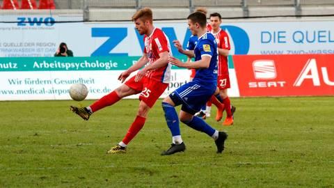 Mathias Fetsch (links) hat sich mit Offenbach aus dem Aufstiegsrennen verabschiedet. Archivfoto: erg