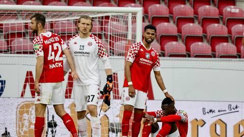 Die 05-Defensive mit Alex Hack, Keeper Robin Zentner, Jeremiah St. Juste und Moussa Niakhaté (von links) hatte die Hertha-Stürmer weitgehend im Griff. Foto: Sascha Kopp