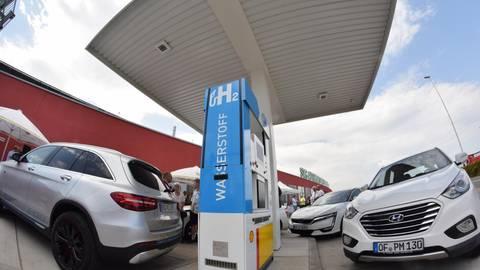 Wasserstoff als alternativer Antrieb ist bei Autos in Deutschland bisher eine Randerscheinung, eine Wasserstofftankstelle wie hier bei Kassel ist noch immer eine Seltenheit. In der Versammlung des Verbands Region Rhein-Neckar wurde jetzt aber der Vorschlag diskutiert, diese Technologie in der Region zu fördern und dafür auch EU-Geld zu beantragen. Foto: dpa