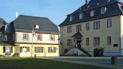 Das Wehener Schloss präsentiert sich im schnörkellosen ländlichen Barockstil. Foto: tjoker