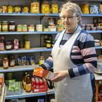 Waltraud Immel ist 83 und führt seit 33 Jahren das einzige Lebensmittelgeschäft in Dexheim. Ihr Lädchen ist in der Pandemie mehr denn je Kommunikationszentrale des Ortes. Foto: hbz/Sämmer