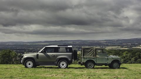 Blick zurück und in die Zukunft: der alte und der neue Defender. Hat der neue das Zeug, zum Kult zu werden, wie sein urigen Vorbild?  Foto: Jaguar Land Rover