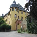 Hauptbau und Haupttor von Schloss Vollrads. Fotos: Brühl