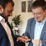 Stefan Diefenbach (rechts) ist seit 2016 mit Walter Castillo verheiratet - hier ein Foto der standesamtlichen Trauung in Dänemark. Der Diplom-Theologe aus Frankfurt engagiert sich für Homosexuelle in der katholischen Kirche und hofft darauf, dass seine Kirche bald Segnungen für gleichgeschlechtliche Paare zulässt. Foto: Diefenbach