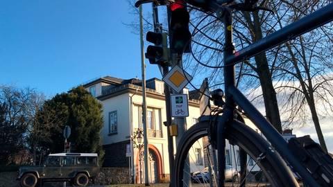 In Lich können Radfahrer dank des neuen Schildes auch bei roter Ampel abbiegen.  Foto: ADFC