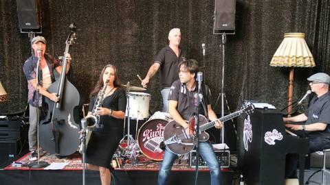 """Die """"Riwwels"""" bei ihrem Auftritt Sommer 2020 im Hüttenwerk Michelstadt. Foto: Thomas Wilken"""