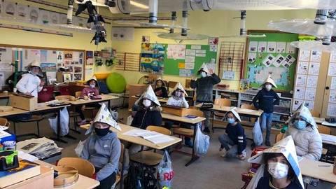 Die 4a der Ebersheimer Grundschule hat auch Hüte aus Zeitungspapier gebastelt. Foto: Petra Jung