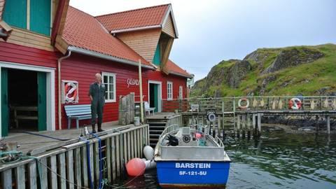 Auf Gåsvær trocknet noch der Stockfisch am Geländer. Und für die Postboot-Touristen backt Anne-Marie, die Schwester des Kapitäns, Pfannkuchen. Foto: Christiane Stein  Foto: Christiane Stein