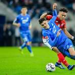 Hoffenheims Florian Grillitsch (vorne) und Pierre Kunde Malong kämpfen um den Ball.  Foto: dpa