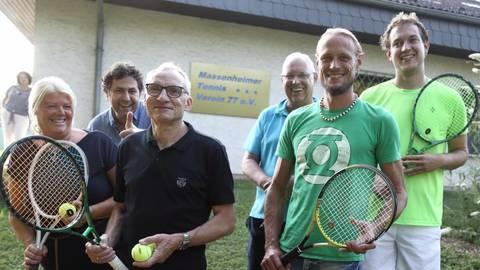 Der Vorstand des Tennisvereins Massenheim sind: Daniela Forkert, Mathias Buczko, Hans-Peter Jürgen Schmidt, Dieter Ahlers, Timo Menke, Lars Tosic (von links).Foto: Vollformat/Frank Möllenberg  Foto: Vollformat/Frank Möllenberg