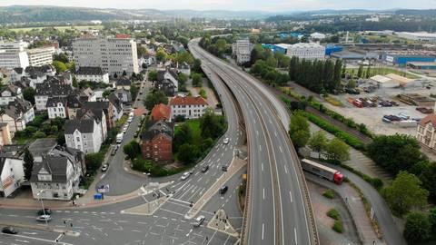 Die Hochstraße aus der Luft im Bereich der Anschlussstelle Wetzlar-Mitte. Die BI hält einen Wiederaufbau an bestehender Stelle für die ökologisch sinnvollste Lösung.  Foto: Pascal Reeber