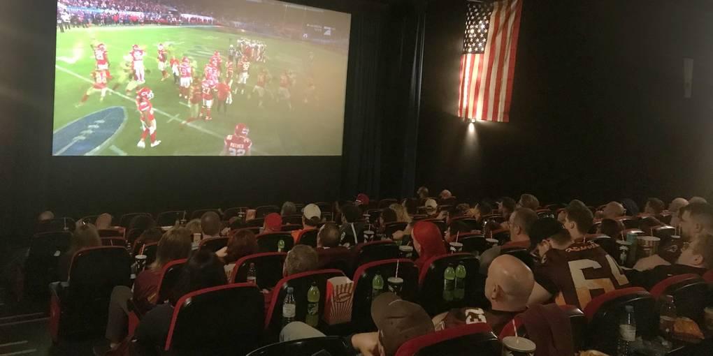 """Bei Popcorn, Pulled Pork und Nachos verfolgen die Zuschauer in der  Wormser Kinowelt den 54. Super Bowl. Für diesen """"Cinema Bowl"""" haben sich die Kinowelt und das Bürstadt Redskins Football Team zusammen getan. Foto: Claudia Wößner"""