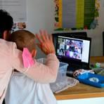 Erzieherin Beate Lippert geht mit den Vorschulkindern der Kita Altenburg in Videokonferenz. Foto: Buchhammer