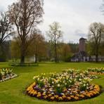 Es gibt Kurparkabschnitte mit Schmuckbeeten, aber auch den Landschaftspark mit den Holzskulpturen des Bildhauers Stephan Guber.  Fotos: Maresch
