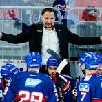 Mannheims Trainer Pavel Gross (hinten) sucht mit seiner Mannschaft in dieser Saison noch nach dem passenden Rezept gegen den Nord-Zweiten Bremerhaven. Foto: dpa