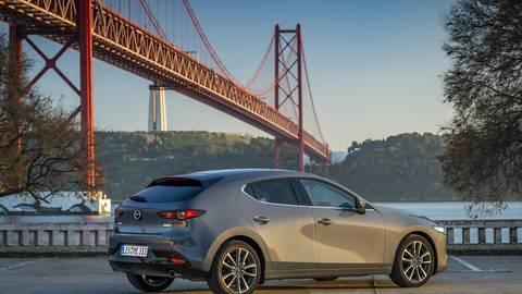 Dem fünftürigen Mazda3 (Foto) wird später im Jahr als zweite Karosserievariante ein viertüriges Fließheck, bei Mazda Fastback genannt, zur Seite gestellt. Foto: Mazda