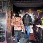 """Luka Dulcic gibt das gut verpackte Essen im Flur seines Restaurants """"Stadtweg"""" aus. Foto: Andreas Kelm"""