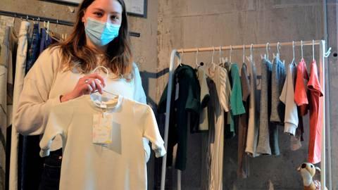 Aus alt mach' neu: Schneiderin Nina Niepoth fertigt aus ausrangierten Klamotten Kinderbekleidung. Foto: Hopper