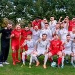 Haben allen Grund zur Freude: die Mannschaft des Fußball-B-Ligisten Rot-Weiß Wetzlar.  Foto: Jenniver Röczey