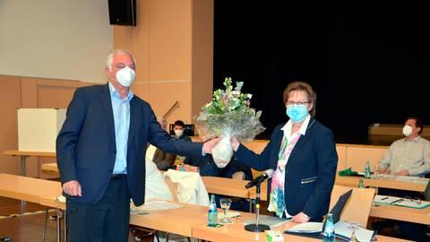 CDU-Fraktionsvorsitzender Hagen Puttrich (CDU) beglückwünscht die neue Stadtverordnetenvorsteherin Adelheid Spruck. Foto: Ihm-Fahle