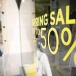 Mal sind es 20, mal 50 und manchmal sogar 70 Prozent: Immer mehr Modehändler in den Innenstädten werben nach der Wiedereröffnung ihrer Läden mit hohen Rabatten auf die Frühjahrs- undSommerkollektion um Kunden.  Foto: dpa