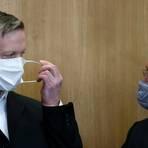 Stephan Ernst (links), der des Mordes an Walter Lübcke angeklagt ist, bespricht sich im Gerichtssaal im Oberlandesgericht mit seinem Anwalt Frank Hannig. Foto: dpa