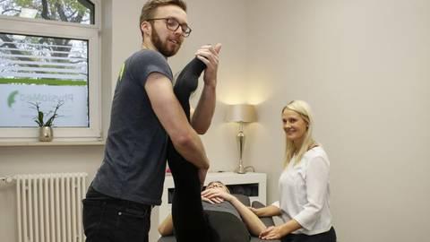 Die Physiopraxis PhysioMed arbeitet eng mit dem Schmerzzentrum zusammen. Zu sehen sind Mitarbeiter Tom Bäsch bei der Behandlung einer Patientin und Geschäftsführerin Alina Senthoff. Foto: hbz/Sämmer    Foto: hbz/Sämmer
