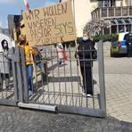 Mitglieder der polnischen katholischen Gemeinde Wiesbaden wollen am Sonntag in Limburg demonstrieren. Foto: Christine Dresler