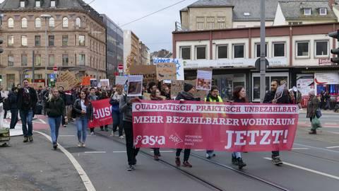 Studierende demonstrieren gegen Mietpreise - was sagt das Land zu den Forderungen?   Foto: hbz/Stefan Sämmer