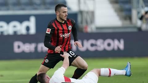 Eintrachts Filip Kostic lässt Philipp Förster vom VfB Stuttgart aussteigen. Foto: dpa