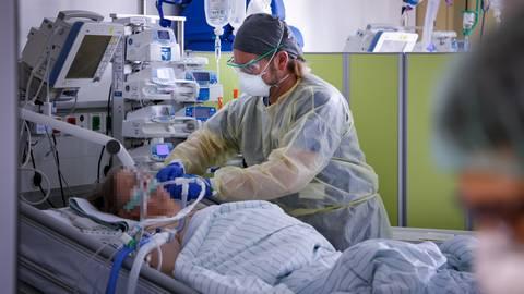 Robert Hammerschmidt kontrolliert bei einer Patientin die Versorgung mit Sauerstoff.  Foto: Sascha Kopp
