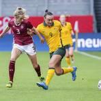 Die DFB-Auswahl der Frauen überzeugte im Spiel gegen Australien in der Wiesbadener Brita-Arena. Hier Kathrin Hendrich im Duell mit Caitlin Foord. Foto: René Vigneron