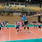 Spannender und dramatischer Volleyball vor fast leerer Halle: Der VCW (in den blauen Trikots) und die Ladies in Black Aachen beharken sich fünf Sätze. Am Ende entscheiden Nuancen. Foto: rscp/Hasan Bratic