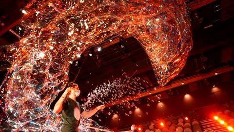 """Der Lohraer Seifenblasenkünstler David Friedrich ist zu Gast in der """"Pierre M. Krause Show"""" des SWR.  Foto: David Friedrich"""