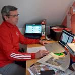 DFB-Clubberater Günter Stiebig an seinem Schreibtisch bei der Vorbereitung seiner Beratungstätigkeit.  Foto: gkr