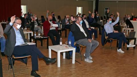 Mit Sicherheitsabstand und Maske stimmte die CDU bei der Mitgliederversammlung ab. Foto: Manfred Ofer