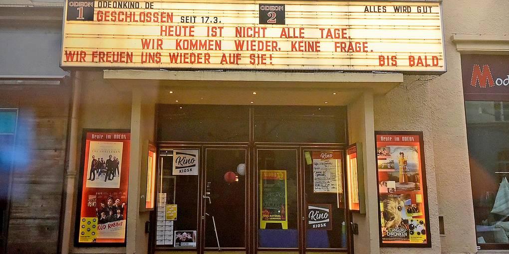 Versprochen und gehalten: Etliche Kinos nutzten die Stecktafeln für Grüße. Fotos davon sind nun in Lich zu sehen.  Repro: Schultz