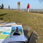 """Die Broschüre """"Erlebnisse 2021"""" im Naturpark Soonwald-Nahe stellte Landrätin Bettina Dickes (CDU) gemeinsam mit den Veranstaltern auf der Schönsten Weinsicht in Meddersheim vor. Foto: Simone Mager"""