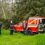 Der neue Einsatzwagen der Rüsselsheimer Feuerwehr ist von Stadtrat Nils Kraft (Zweiter von rechts) an die Feuerwehr übergeben worden. Entgegengenommen haben ihn (von links) Reto Wintermeyer (Abteilungsleiter Technik), Michael Kämpfer (stellvertretender Leiter der Feuerwehr Rüsselsheim) und Florian Kämpfer (Sachgebietsleiter Fahrzeuge). Foto: Stadt Rüsselsheim