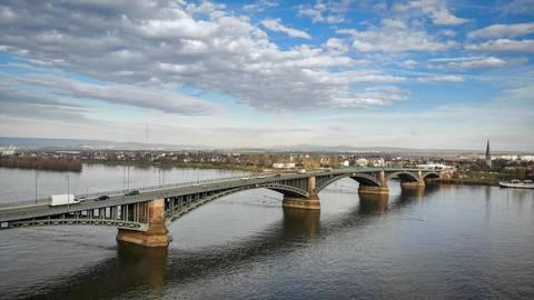 """Ein """"Rüber und Nüber"""" von Kastel nach Mainz wird während der Sperrung der Heussbrücke von Mitte Januar bis Mitte Februar nicht möglich sein. Foto: Lukas Görlach"""