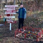 """Ben Becker (l.) und Colin Ruber legen in der Nähe des Wanderweges """"Hirzenhainer Höhenflugs"""", der hinter ihren Häusern verläuft, selbstständig einen Ruheplatz für die Spaziergänger und Wanderer an. Foto: Sascha Valentin"""