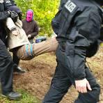Polizisten tragen einen Demonstranten weg, der im Herrenwald bei Stadtallendorf gegen die Rodung von Bäumen für den Ausbau der A49 protestierte.    Archivfoto: dpa